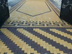Укладка кафеля тротуарной плитки и ламината
